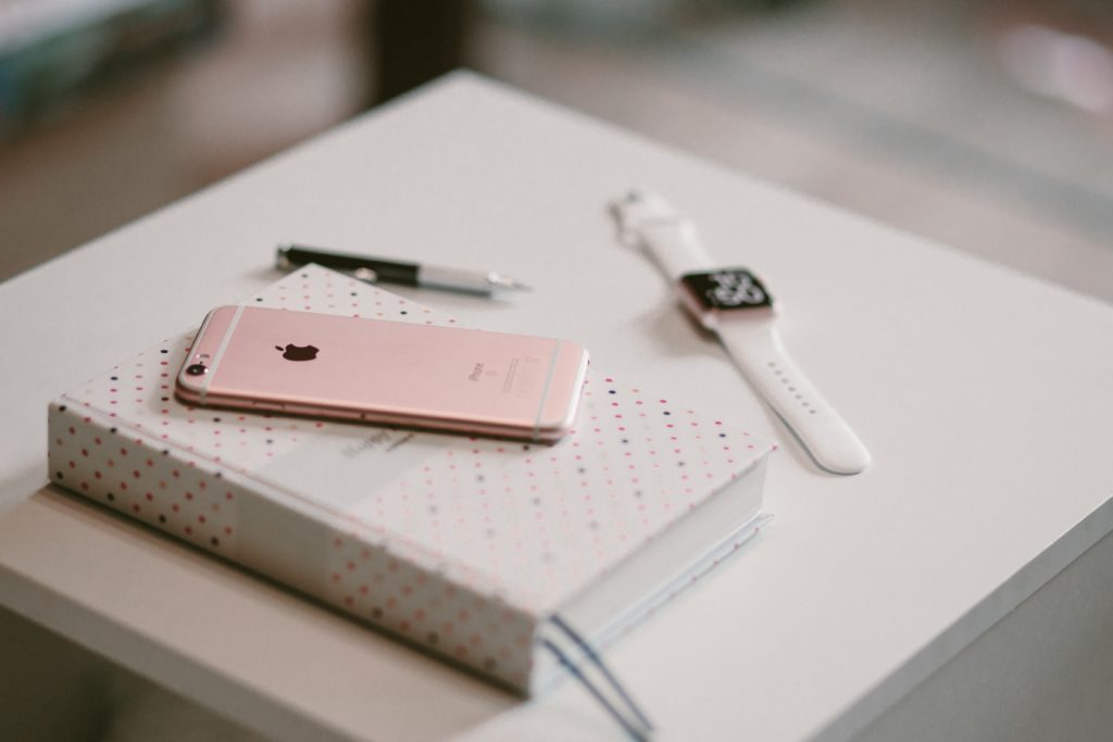 rose-gold-trend-iphone-watch-notebook